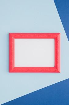 Quadro vazio rosa sobre fundo azul