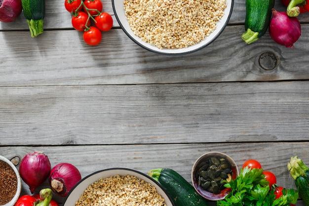 Quadro vegetais verdes do trigo mourisco que cozinham a vista superior do alimento cru. comida saudável