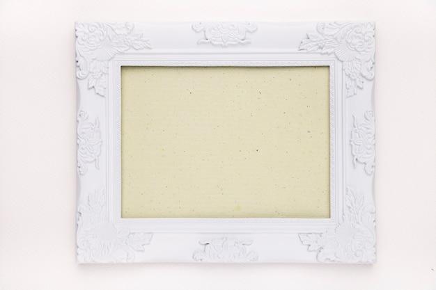 Quadro verde menta com borda de madeira floral branca isolada no pano de fundo branco