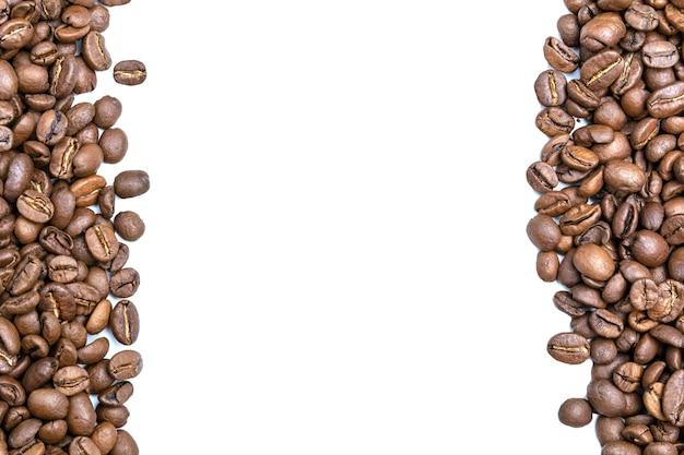 Quadro vertical de grãos de café torrados isolado no branco