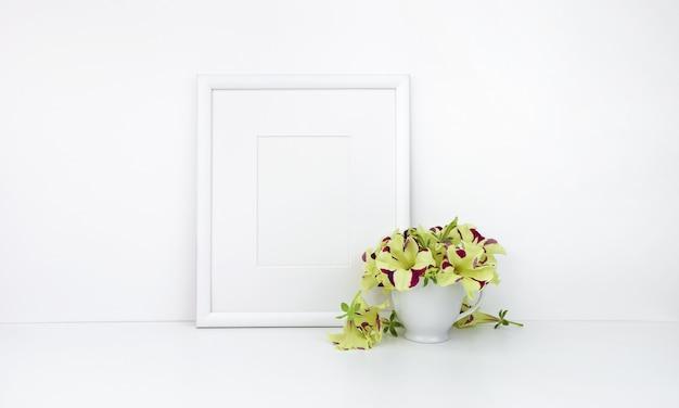 Quadro vertical, flores na xícara