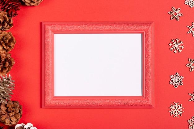 Quadro vintage e flocos de neve na mesa vermelha