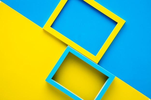 Quadros de amarelos e azuis sobre fundo bicolor
