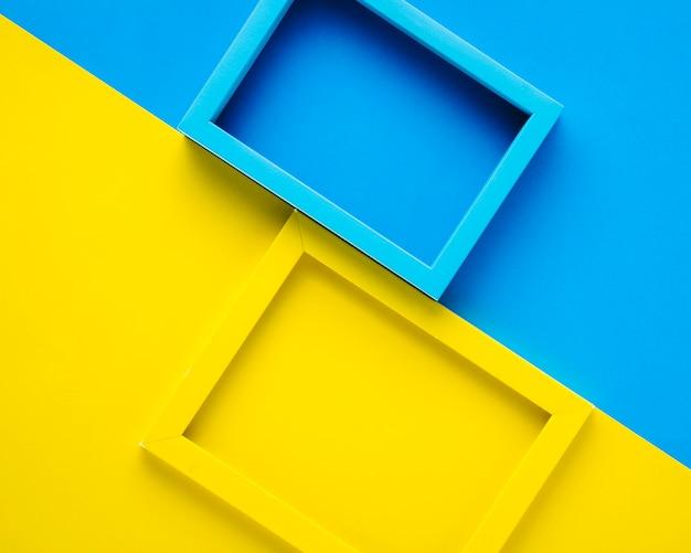 Quadros de azuis e amarelos no fundo bicolor