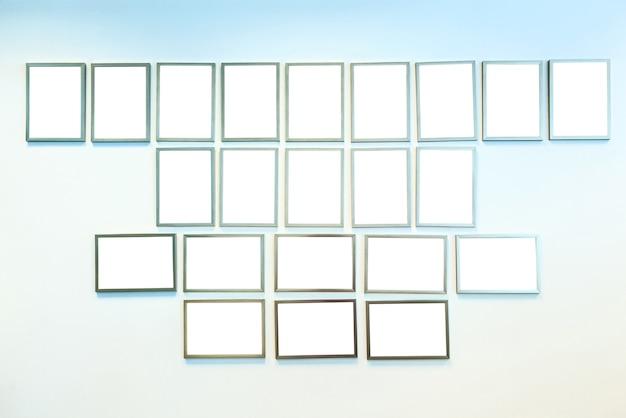 Quadros de certificado em branco sobre um fundo claro. traçado de recorte branco de decoração de escritório.