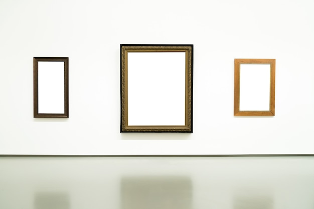 Quadros de pintura dourada vazios em branco na parede em exposição.