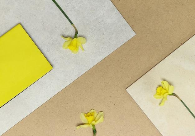 Quadros geométricos com flores amarelas, notas na mesa de madeira e pedra