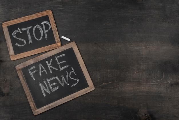 Quadros negros de notícias falsas de vista superior com espaço de cópia