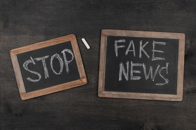 Quadros negros de notícias falsas