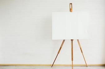 Quadros para a escrita de stands colocados em uma sala de arte branca. Esperando pelo trabalho do artista