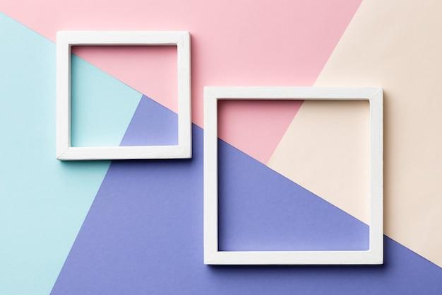 Quadros planos sobre fundo colorido