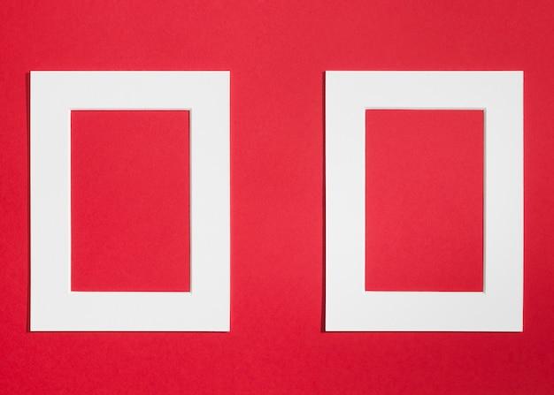 Quadros vazios brancos sobre fundo vermelho