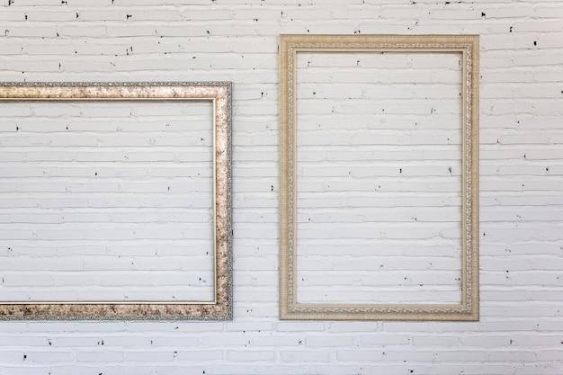 Quadros vintage na parede de tijolo branco. fundo.