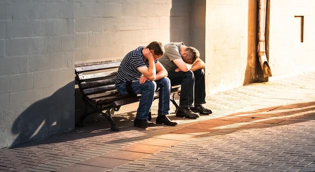 Qual é a sensação de segunda-feira de manhã? dois homens não identificados enfrentando os braços na rua arbat, adicionando mais luz de alerta, moscou, rússia