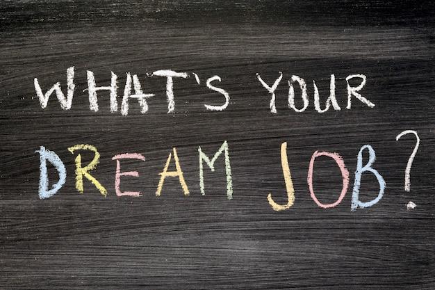 Qual é o teu emprego de sonho? frase manuscrita no quadro-negro