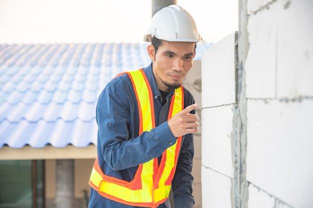 Qualidade de construção de casa de inspeção de engenheiro no local do projeto imobiliário foco suave