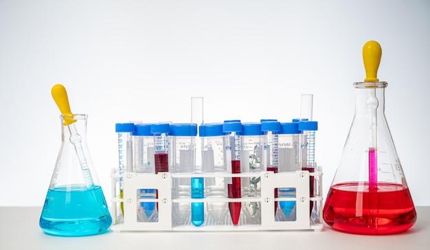 Qualquer uma das várias ferramentas e recipientes usados nas experiências em um fundo branco.