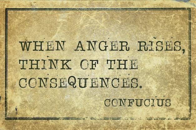 Quando a raiva aumenta - citação do antigo filósofo chinês confúcio impressa em papelão grunge vintage