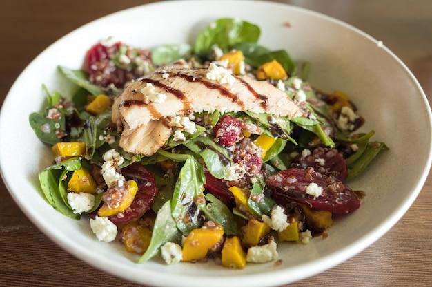 Quanoi e salada de legumes