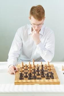Quarentena, auto-isolamento. jogos em casa, cara esperto está jogando xadrez
