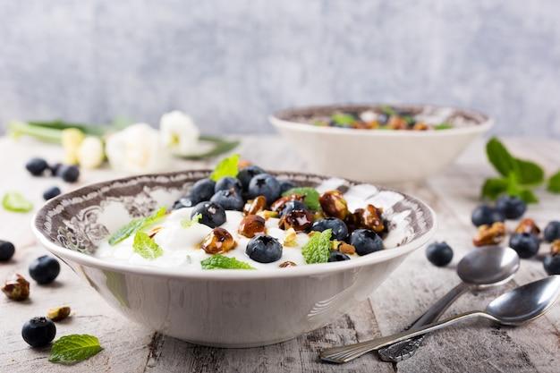 Quark com mirtilos, pistaches e hortelã