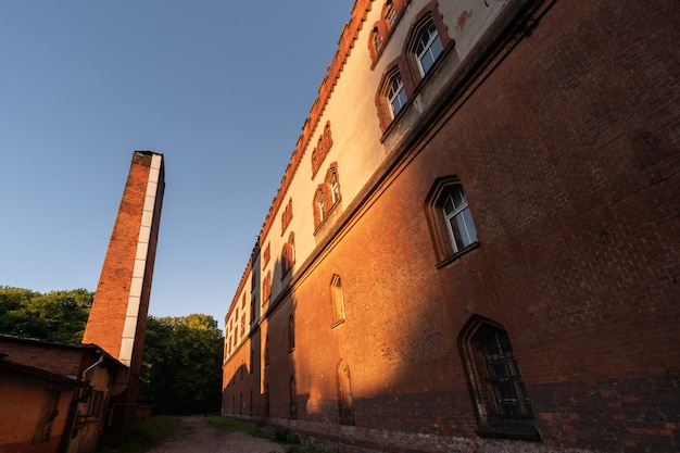 Quartel velho edifício e tubulação de sala de caldeira
