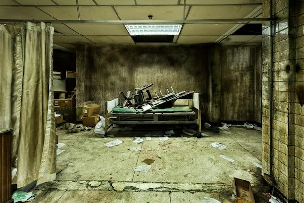 Quarto abandonado bagunçado no hospital psiquiátrico