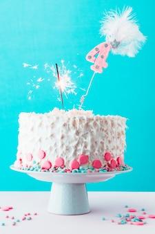 Quarto aniversário, bolo, com, queimadura, sparkler, ligado, branca, superfície