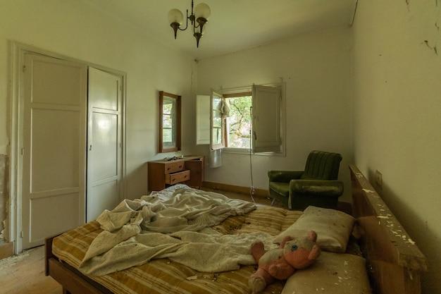 Quarto assustador em uma casa abandonada