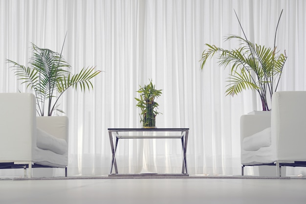 Quarto branco com sofá.