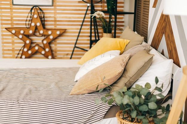 Quarto com cama grande e travesseiro no estilo escandinavo