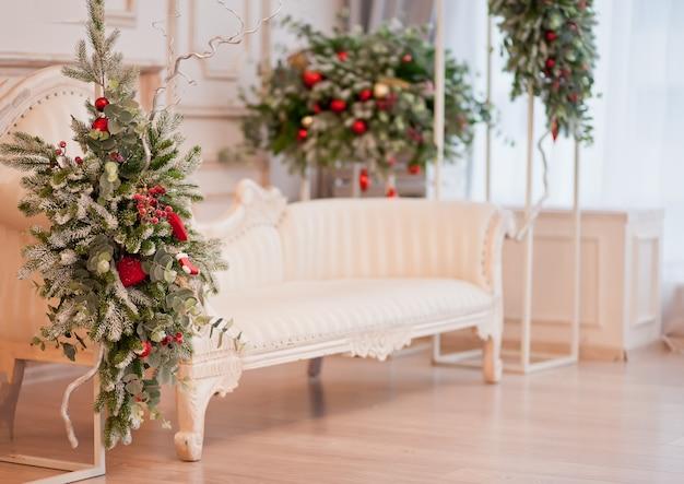 Quarto com decorações de natal. ano novo e o conceito de inverno.
