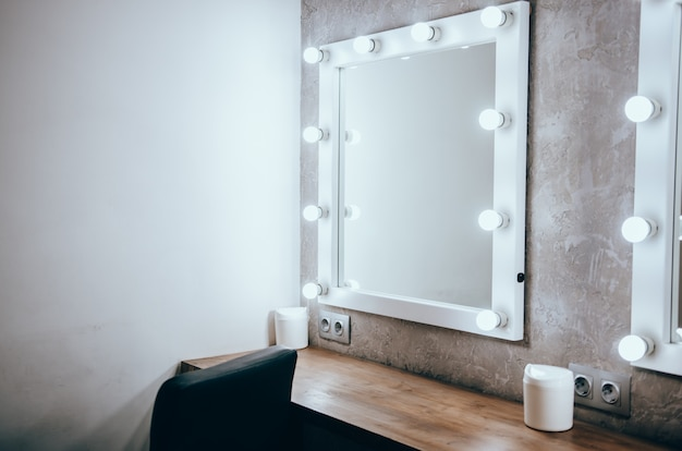 Quarto com luzes espelho de maquiagem