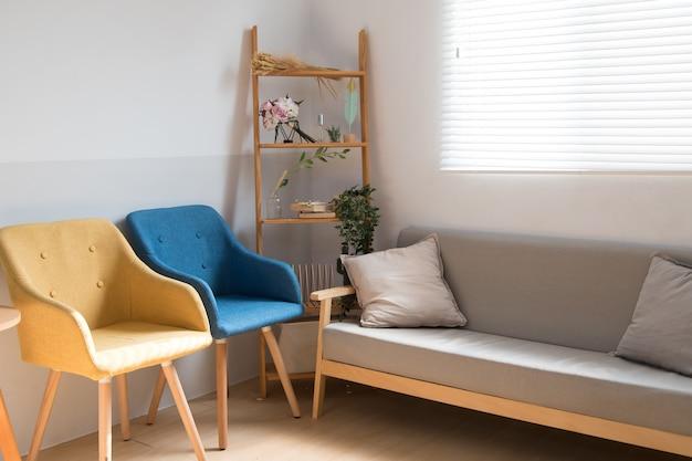 Quarto confortável em estilo japonês com luz do sol na janela.