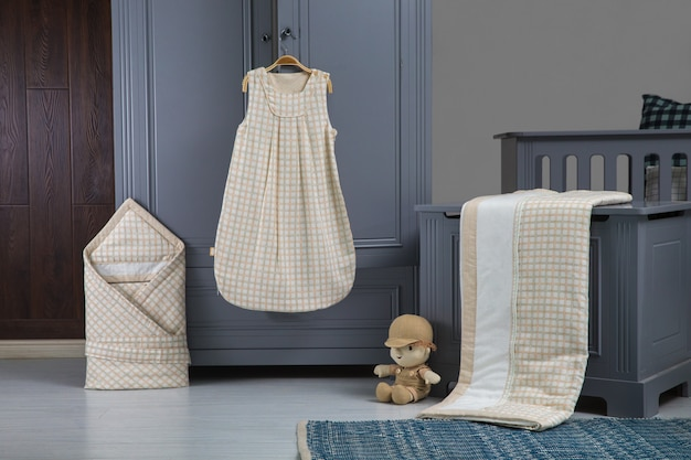 Quarto de bebê moderno em branco com cama, estante e tapete