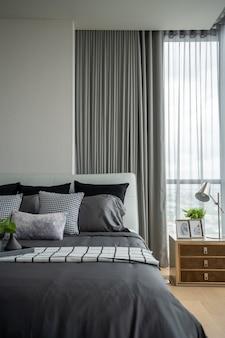 Quarto de canto elegante com cabeceira de couro e cama com travesseiros macios e parede pintada de branco ao fundo / design de interior aconchegante / interior moderno