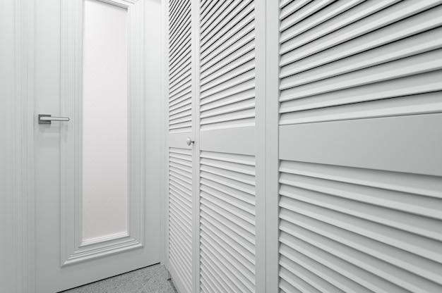 Quarto de guarda-roupa branco em apartamento novo