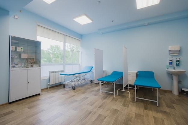 Quarto de hospital com camas e equipamentos médicos confortáveis em um hospital moderno