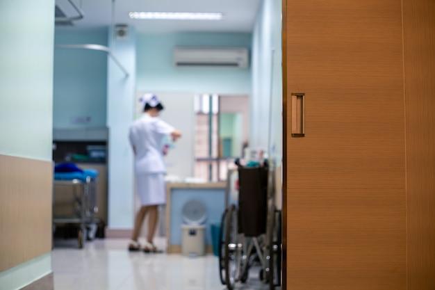 Quarto de hospital para pacientes com enfermeira em uniforme branco