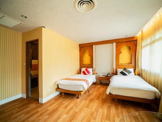 Quarto de luxo com cama em luz quente, estilo índia,