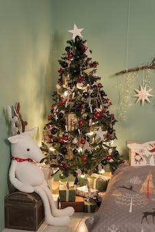 Quarto de natal decorado com bela árvore de abeto.