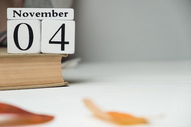 Quarto dia do calendário do mês de outono, novembro, com espaço de cópia.