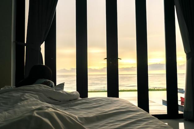 Quarto e mar ver um sol de manhã de mulheres