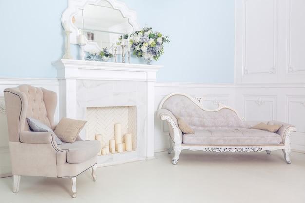 Quarto e sala de estar bem iluminados, limpos e elegantes com uma grande janela panorâmica. belos móveis antigos ricos. cama de dossel, espelho e sofá.