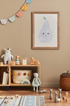 Quarto elegante de bebê recém-nascido escandinavo com moldura de madeira marrom, brinquedos, animais de pelúcia e acessórios infantis. decoração aconchegante e bandeiras de algodão penduradas na parede bege.
