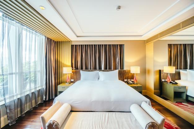 Quarto elegante hotel com uma grande cama