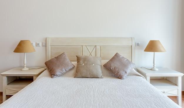 Quarto em estilo moderno com cama e travesseiros. vista frontal.
