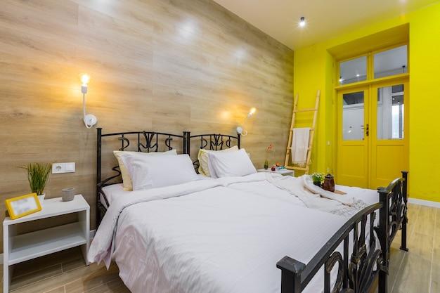 Quarto em um pequeno apartamento de hotel moderno, com uma cama grande