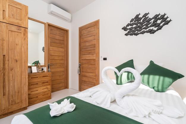 Quarto espaçoso e moderno com guarda-roupa de madeira