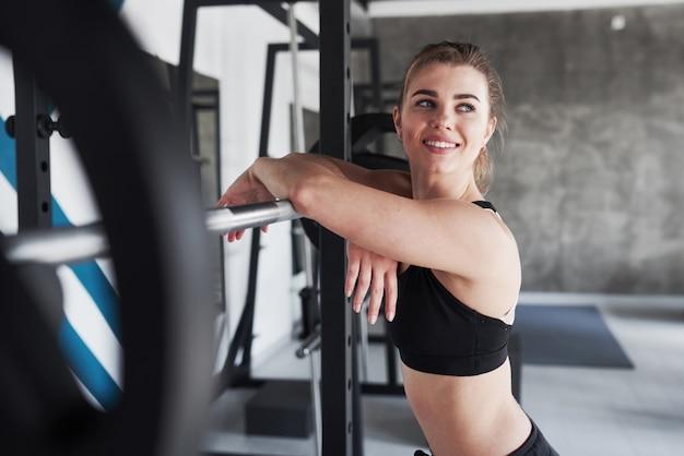 Quarto grande. foto de uma linda mulher loira na academia no fim de semana